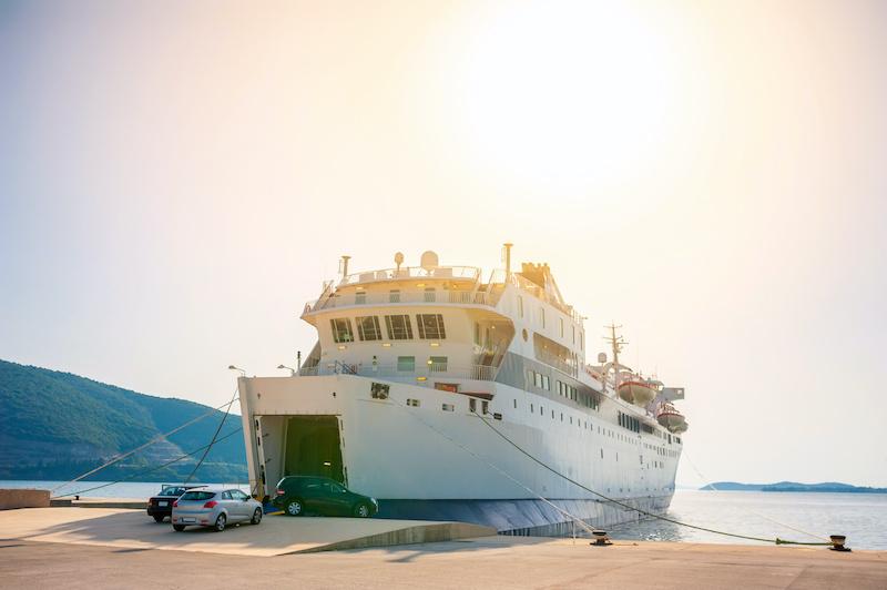 八戸から車両輸送中の船